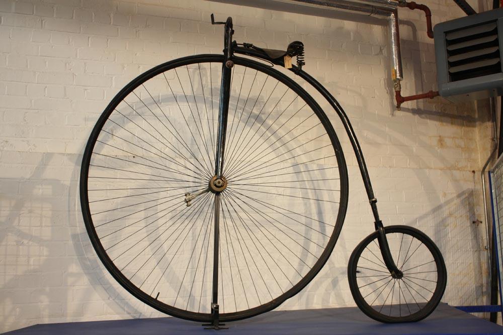 Bicicleta de James Starley conocida popularmente como Penny Farthing en relación al tamaño de dos monedas: el penique (Penny) y el cuarto de penique (Farthing). El modelo de la imagen es posterior a 1888 y ya integra neumáticos de aire.